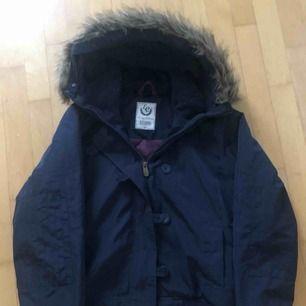Blå fin jacka avtagbar päls på luva köpt på Intersport