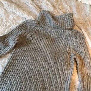 Säljer en grå stickad tröja från Gina, jättefint skick💗 Lite glittrig