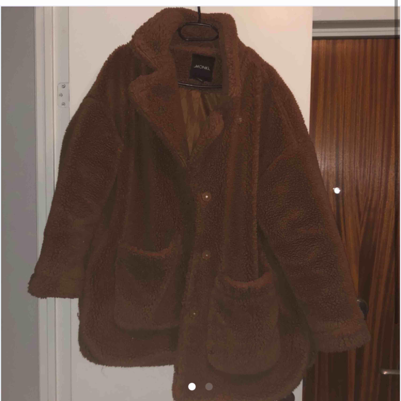 Säljer min fina teddyjacka från monki pga att jag har för många jackor. Den är köpt vintern 2018 men den är i fint skick. Frakt på 100kr tillkommer, pga dyr frakt har jag valt att sälja den billigt.🌸. Jackor.