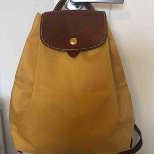 Fin gul ryggsäck från longchamp, väldigt fint skick då den knappt är använd, 200 plus frakt.  Nypris ca 1000kr