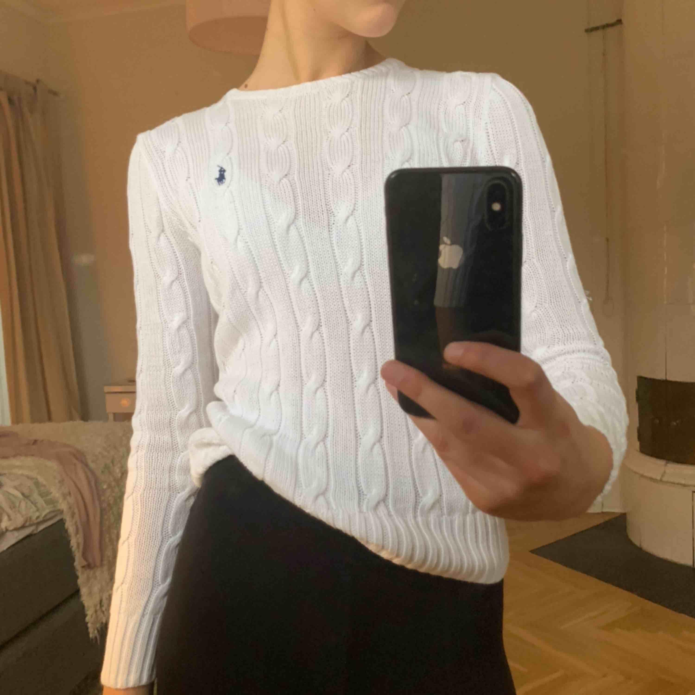 Ralph Lauren vit kabelstickad!!! Köpt för ca 1500 kr (NK Sthlm), använd några gånger - väldigt bra skick! Skriv för fler bilder✨🌟⚡️✨🌟💫. Stickat.