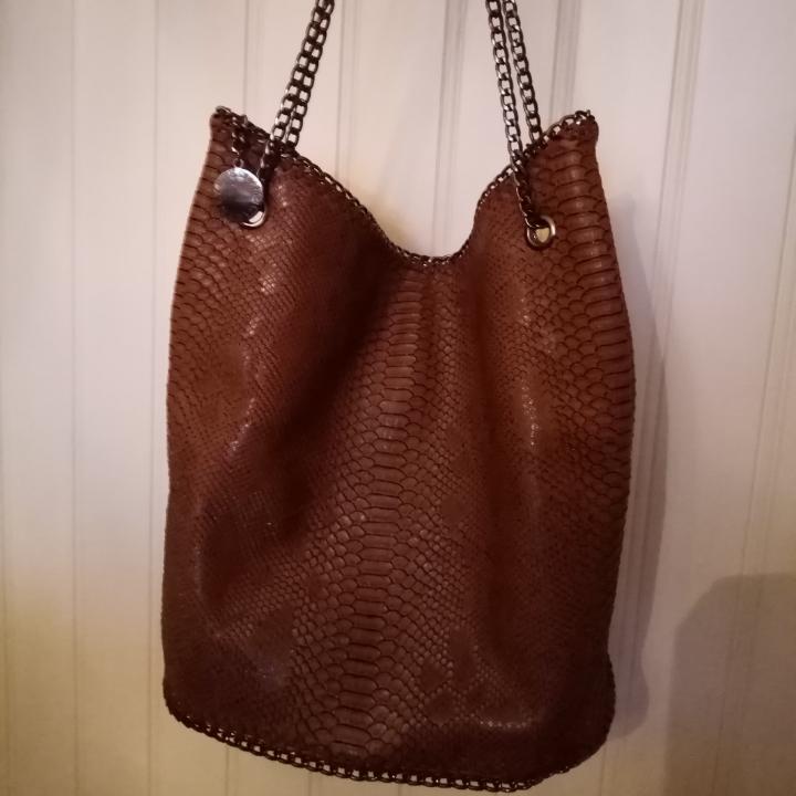 Stella McCartney väska ( väldigt fin kopia) Brun med axelband i kedja. Sparsamt använd. Fint skick. Köparen står för frakten. . Väskor.