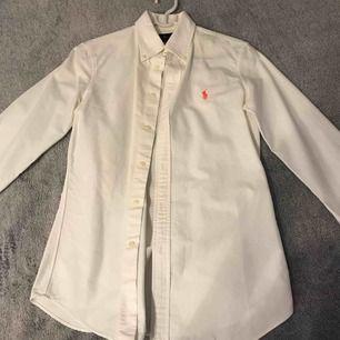2 defekter, ingen aning vad det är annars är skjortan i bra skick och använt endast 1 gång