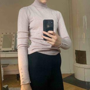 Polotröja från Zara! Gammel rosa/ljus lila färg, storlek M (funkar S), flitigt använd men gott skick, går att justera polokragen själv!💞👩🏼🎤🧞♀️🌸💜💕