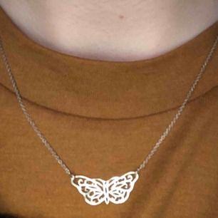 Superfint halsband i sterling silver (se stämpel 925 på bild 2). Fick i present för länge sen men har inte använts på något år.    Silverfjärilen är ca 1,5 cm i bredd.