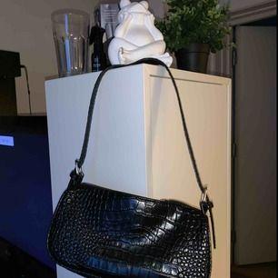 Helt oanvänd väska från Nelly, säljes pga den inte kommer till användning