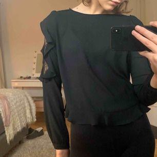 Svart Zara blus med spetsärm! Storlek S, original pris ca 400kr (finns ej att köpa längre). Säljes pga att den inte kommer till användning - väldigt bra skick🖤🖤🖤