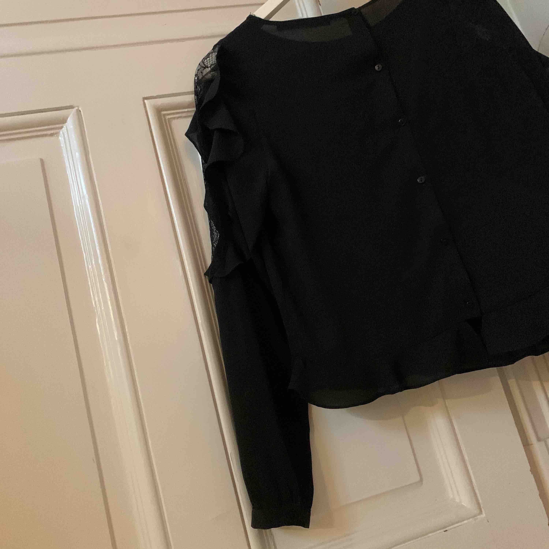 Svart Zara blus med spetsärm! Storlek S, original pris ca 400kr (finns ej att köpa längre). Säljes pga att den inte kommer till användning - väldigt bra skick🖤🖤🖤. Blusar.