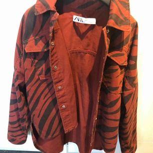 En jacka från Zara. Har använt några gånger. Bra skick!! Köparen står för frakten.