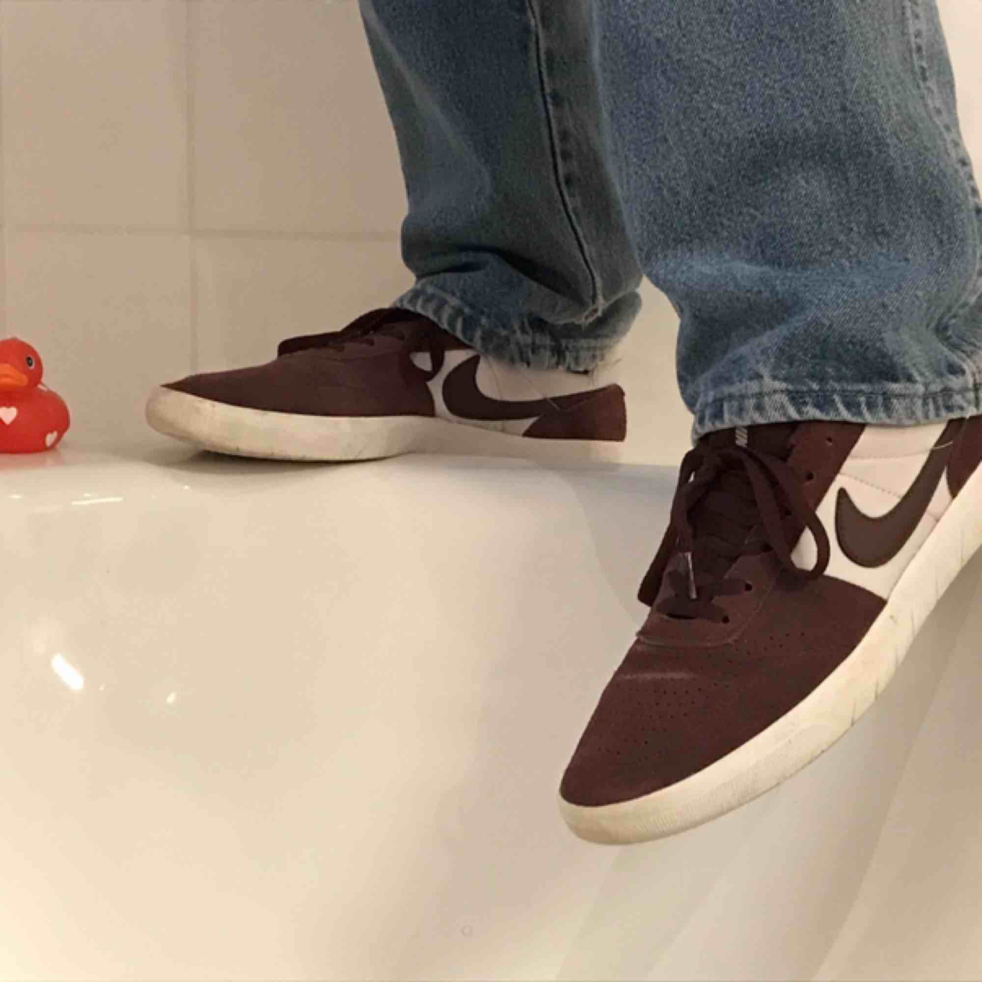 Nike SB Team Classic. Mocka vinröd Originalpris 799kr Från Junkyard. Använda två gånger, säljer pga för liten storlek. . Skor.
