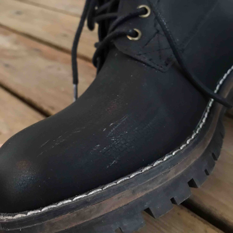 Supersnygg och trendig svart höst och vintersko⚡️ har endast använt dem en gång (därav de två mindre märkena, men de syns inte tydligt) säljer då de tyvärr är för små för mig😊Fraktkostnad tillkommer🌟 ( kan mötas upp i Umeå )   . Skor.