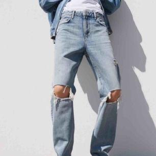 Säljer dom jättepopulära zara jeansen då jag köpte helt fel storlek. Dessa är i storlek 40 men passar bra för 38 då dom är lite små i strl. Buda på fraktar och kan mötas upp i stockholm💗