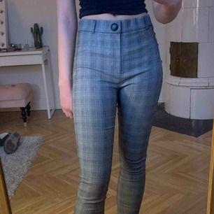 Grårutiga trendiga byxor från Zara! Storklek L MEN passar mig som är 174 och är S/M, använda två gånger, går att ha skärp. Skriv för mer info🖤🌬🦓:)