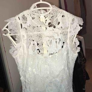 Lång och fin klänning i bra skick  Använt 2 gånger