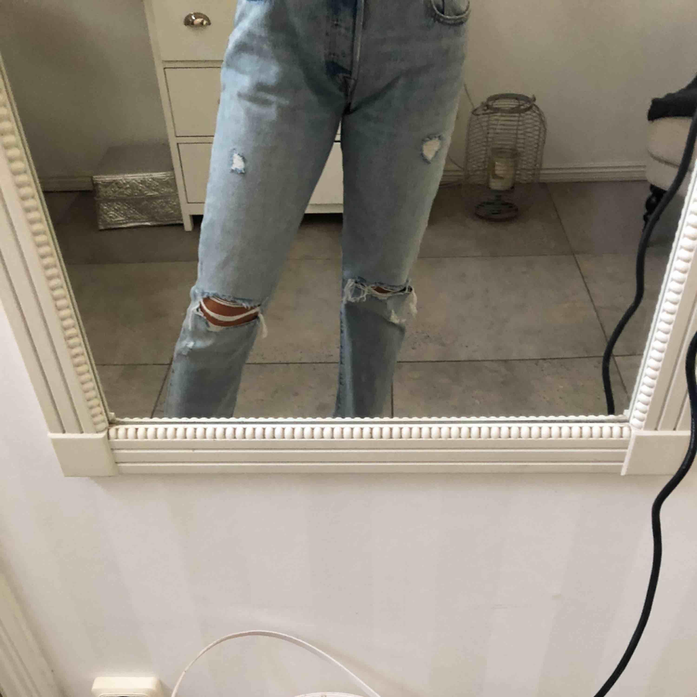 nya Levis jeans som jag max använt 2 gånger, köpte i somras för 1195kr i Levis butiken, säljer då de tyvärr blivit förstora för mig. Modell 501 och sitter jättefint på!!💖💖. Jeans & Byxor.