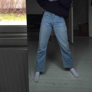 Säljer dessa supersnygga jeans, typ mom jeans/ straight leg jeans. Märket Jefferson. Passar S eller typ waist 26. Jag är 165cm 💓💓