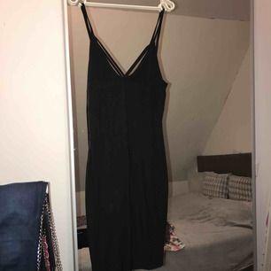 Riktigt snygg Svart klänning som sitter åt kroppen  Den passar storlek m mest och ifall man har stor byst så är denna perfekt för dig