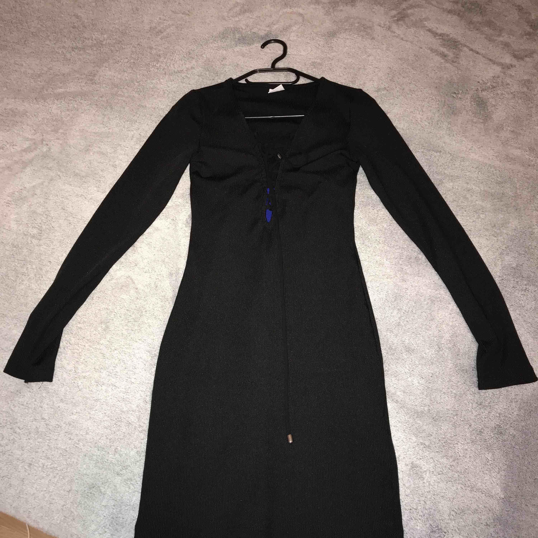 Svart långärmad klänning i bra skick Tajt och i bra passform . Klänningar.