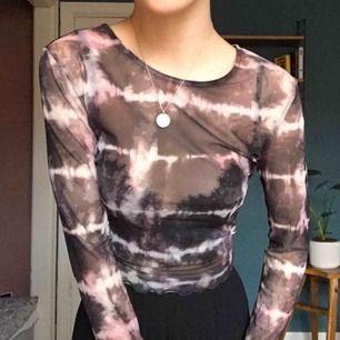 Genomskinlig tröja med tiedye mönster ifrån Urban outfitters!