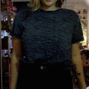t-shirt med ficka på framsidan, storlek S, färg blå jag är en storlek medium köpt från Carlings. frakt 30