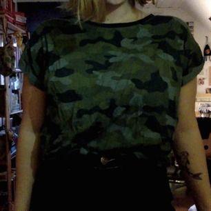 t-shirt knappt använd. storlek M, färg camo