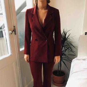 Burgundy blazer och kostymbyxor från Zara! Säljer då jag inte använder längre, är i väldigt fint skick 😍 Byxor i M och kavaj i S! Sytt upp byxorna lite, med en liten klack går dem precis över marken och jag är ca 170 lång.