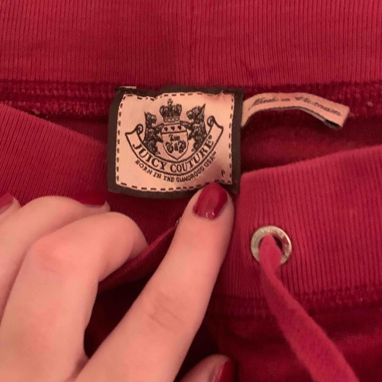 Lågmidjade mjukisar från juicy couture. Fint skick bara att det spruckit lite i texten på benet. Utsvängda ben och jätte mysiga!! Säljer även tröjan till. Jeans & Byxor.