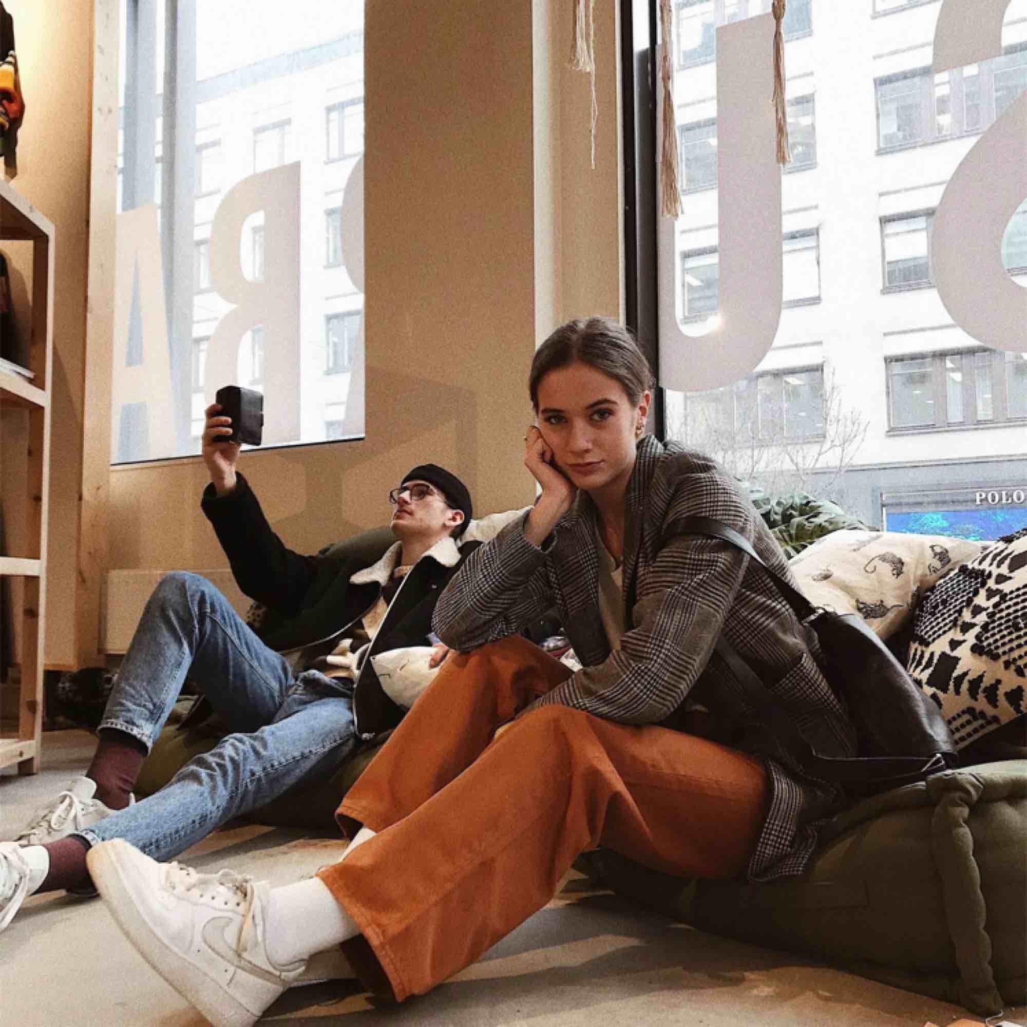 70-tals känsla över dessa rostbruna byxor! De är sparsamt använda (typ 4 ggr) och i bra skick. Storlek 34 och jag är 173 cm lång. Frakten står köparen för. . Jeans & Byxor.