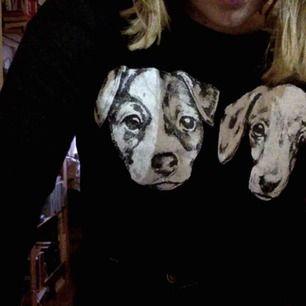 söt svart croptop med två hundar, från monki, storlek S jag är storlek M