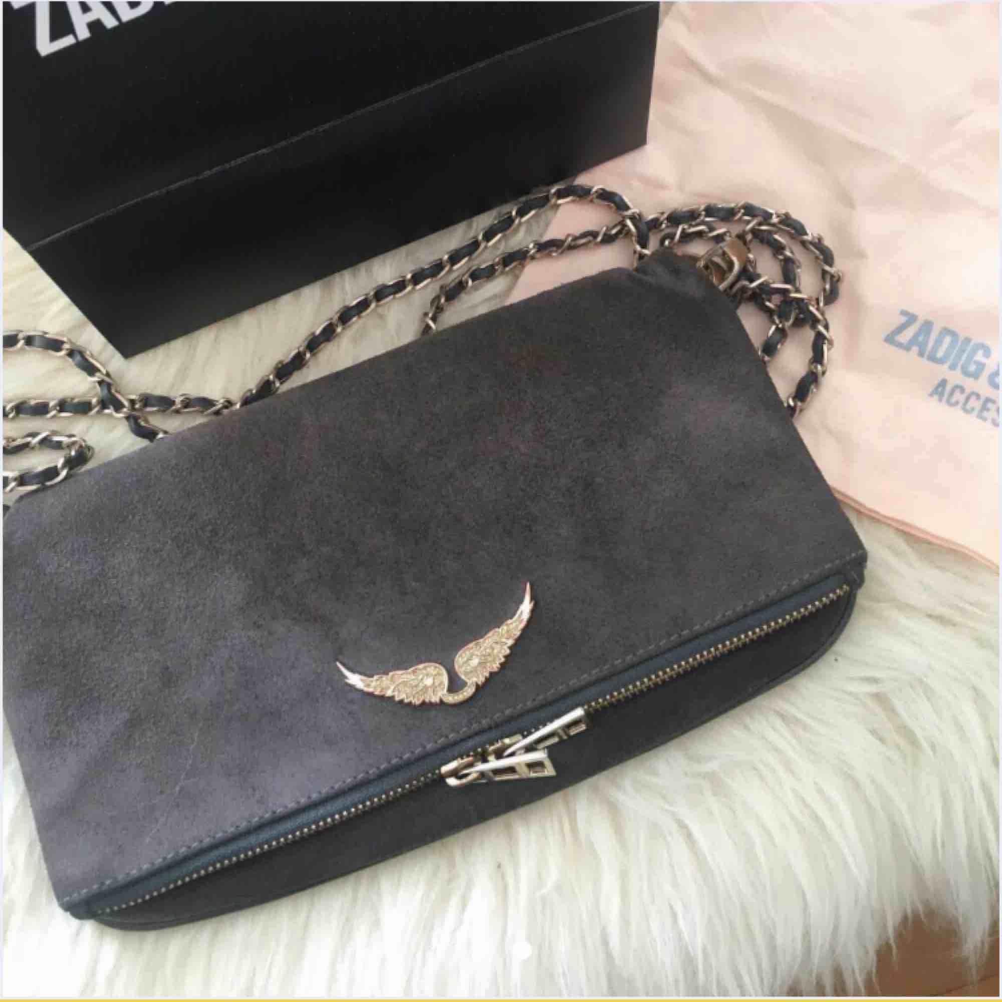 Säljer min Zadig väska köpt för ett år sedan fin färg och bra skick man får med kvitto!❤️ . Väskor.
