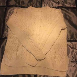 Stickat tröja från H&M. Låg i min garderob länge och kommer inte till användning🙂. Frakt tillkommer📦✨💕