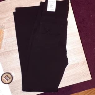Svarta byxor från Flash, märke Dolly Deluxe. 77% viskos, 20% polyester, 3% elastan. Storlek 38 S. Buxorna är helt nya, lappen kvar. Frakt 42kr. Nypris 499kr.