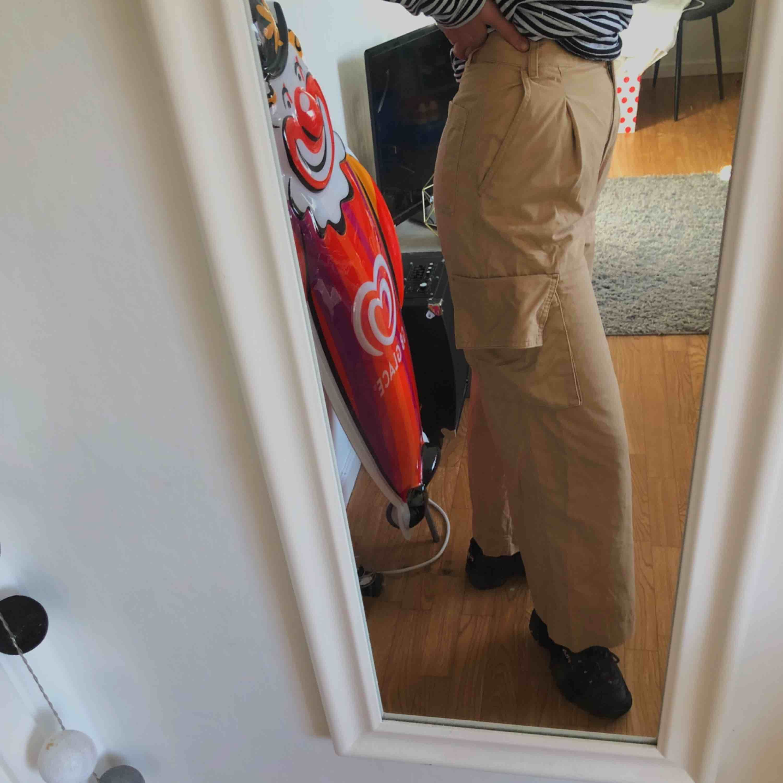 Otroligt snygga byxor från Monki, sparsamt använda och säljes på grund av att jag tröttnat på dem:(  Köparen står för frakt. . Jeans & Byxor.