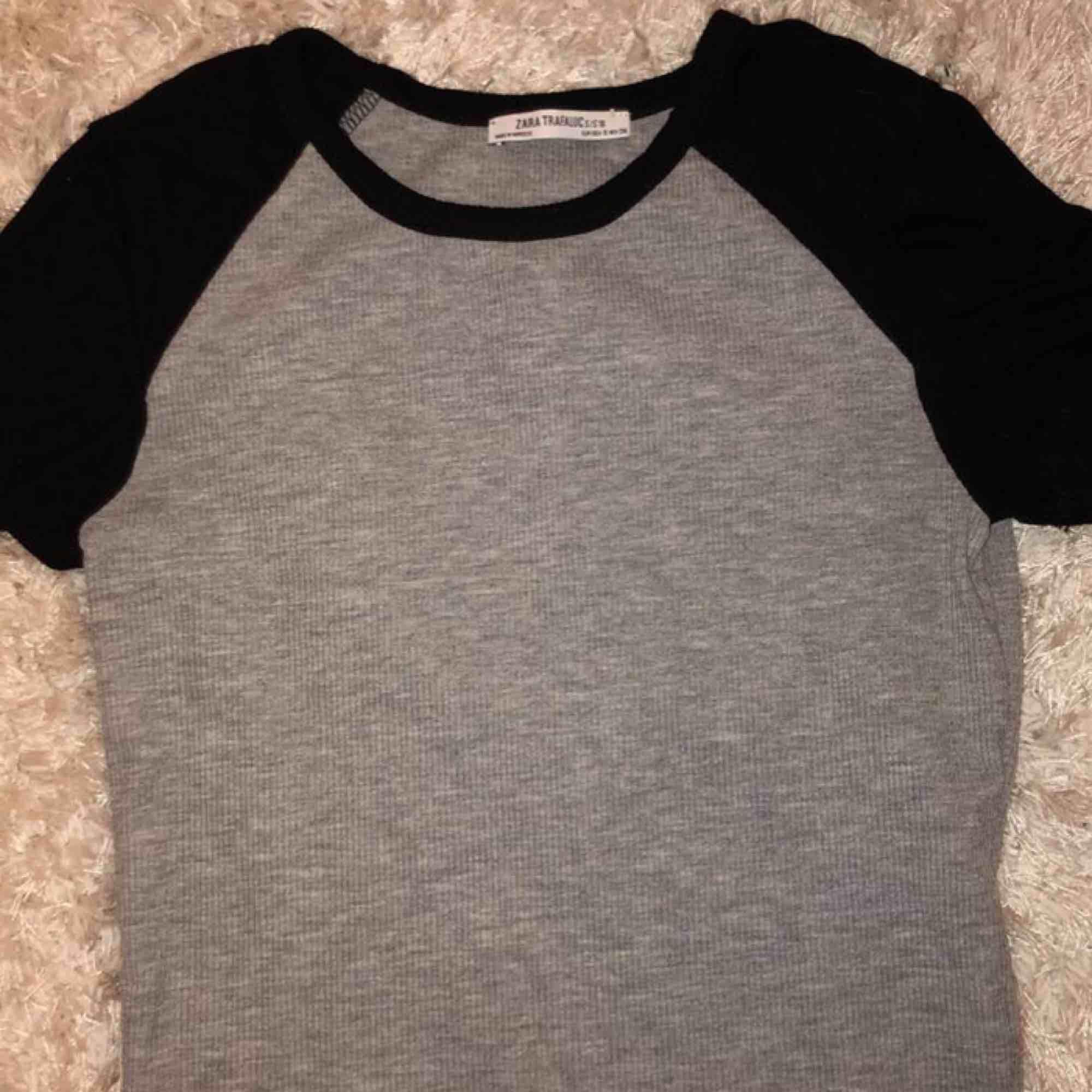 En ribbad t-shirt från zara som tyvärr inte kommer till användning. Ser ut som en ny 😊. T-shirts.