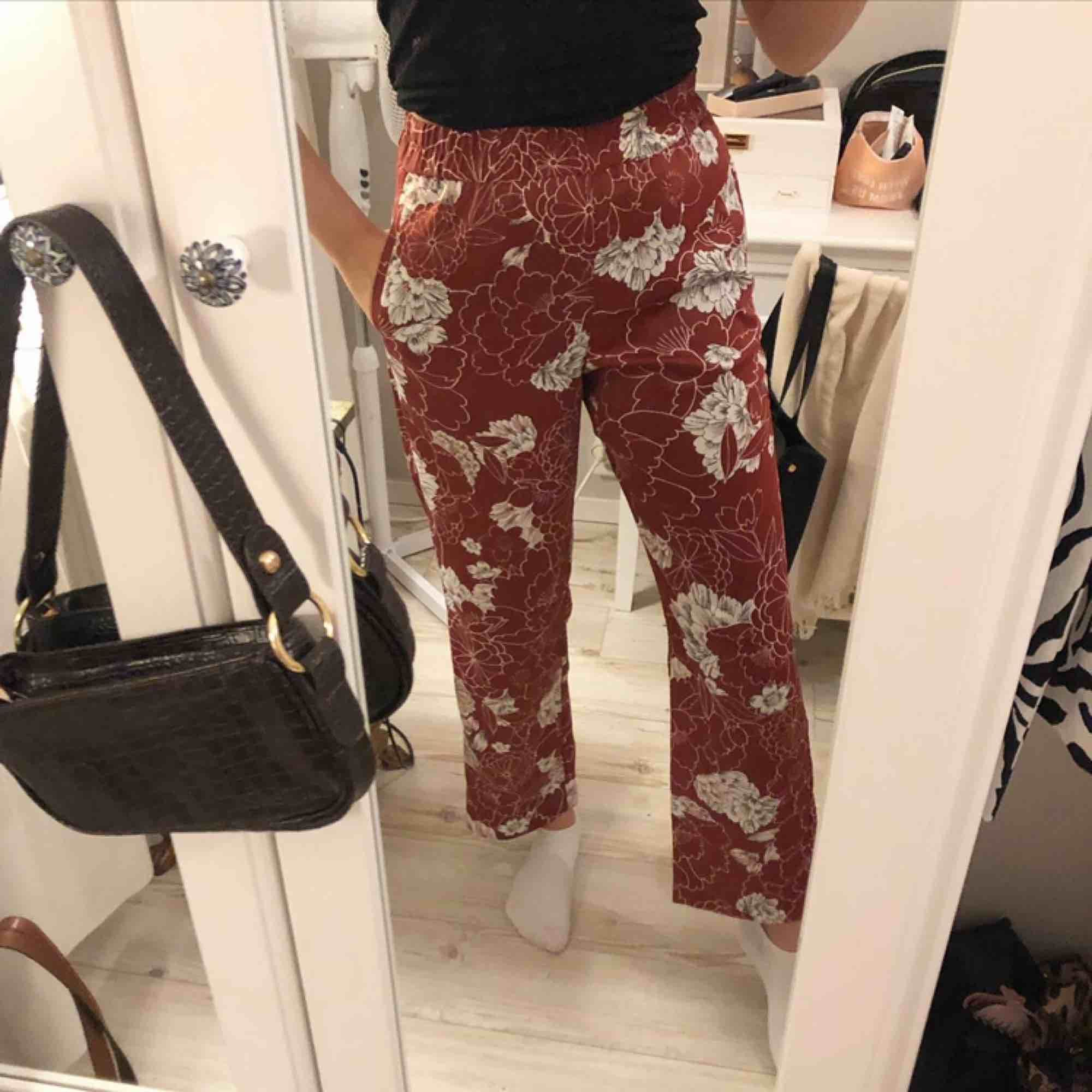 Jättefina och sköna byxor som passar till vardags och finare tillfällen🙌🏾 mycket bra skick. Jeans & Byxor.