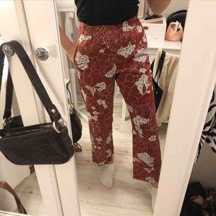 Jättefina och sköna byxor som passar till vardags och finare tillfällen🙌🏾 mycket bra skick