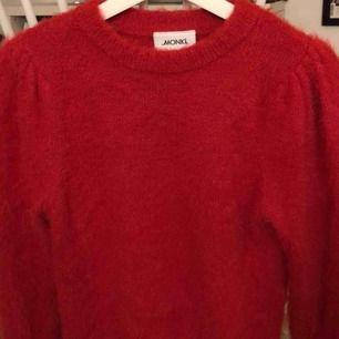 Fin tröja från monki i stlk XS. Endast använd MAX 2 ggr och tvättad 1 gång. Den har det lilla extra med större axlar och är ribbad längst ner och på armarna. Verkligen inte stickig