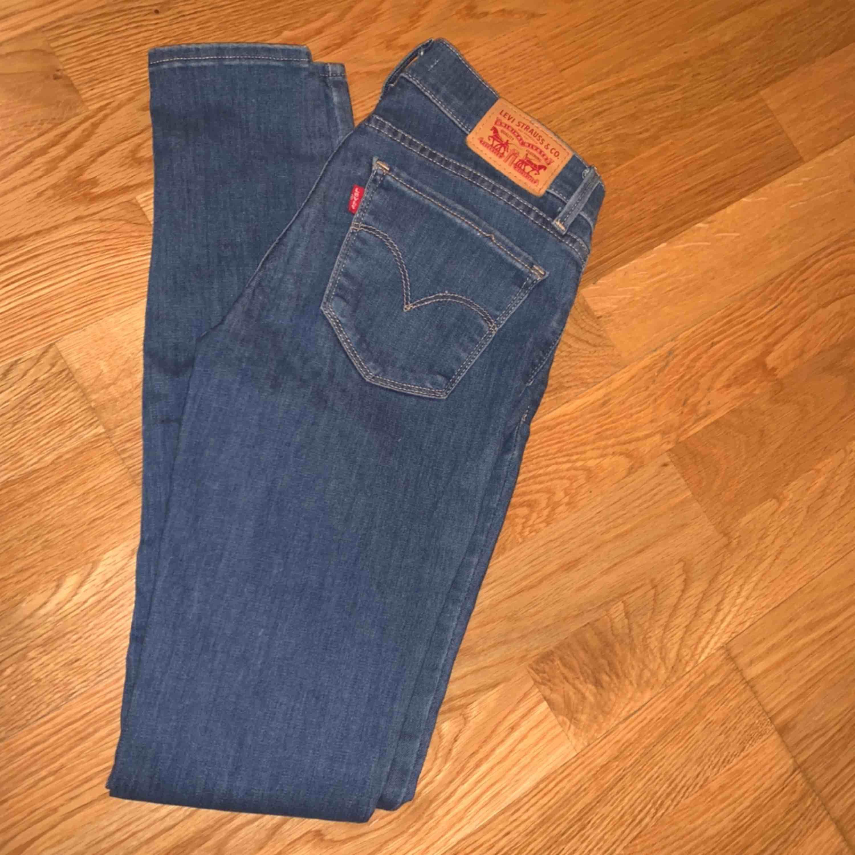 Frakt ingår i priset. Jeans & Byxor.