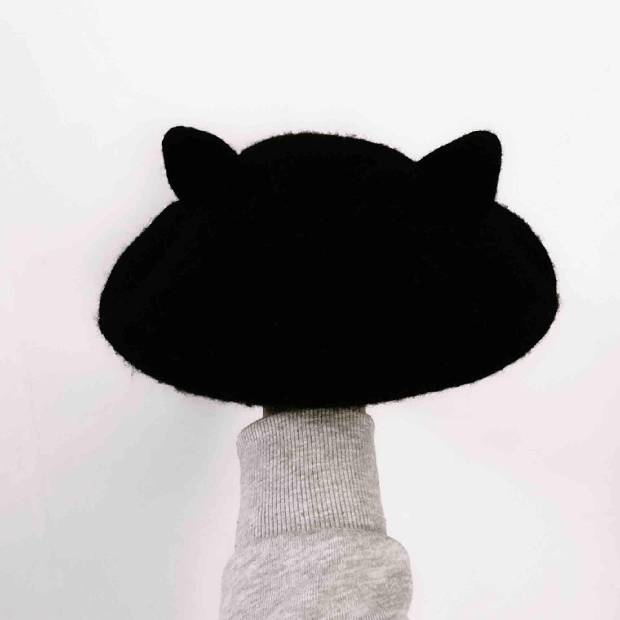 Världens sötaste svart berét med kattöron på (inkl. ordet 'MEOW' på baksidan som enkelt kan döljas genom att vika kanten inåt om man inte tycker om det)!!! 🐱💕 Jag står för frakten! 💌. Accessoarer.