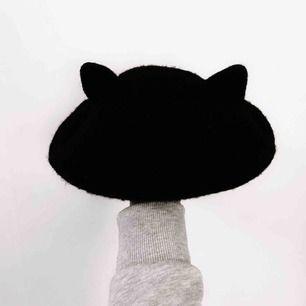 Världens sötaste svart berét med kattöron på (inkl. ordet 'MEOW' på baksidan som enkelt kan döljas genom att vika kanten inåt om man inte tycker om det)!!! 🐱💕 Jag står för frakten! 💌