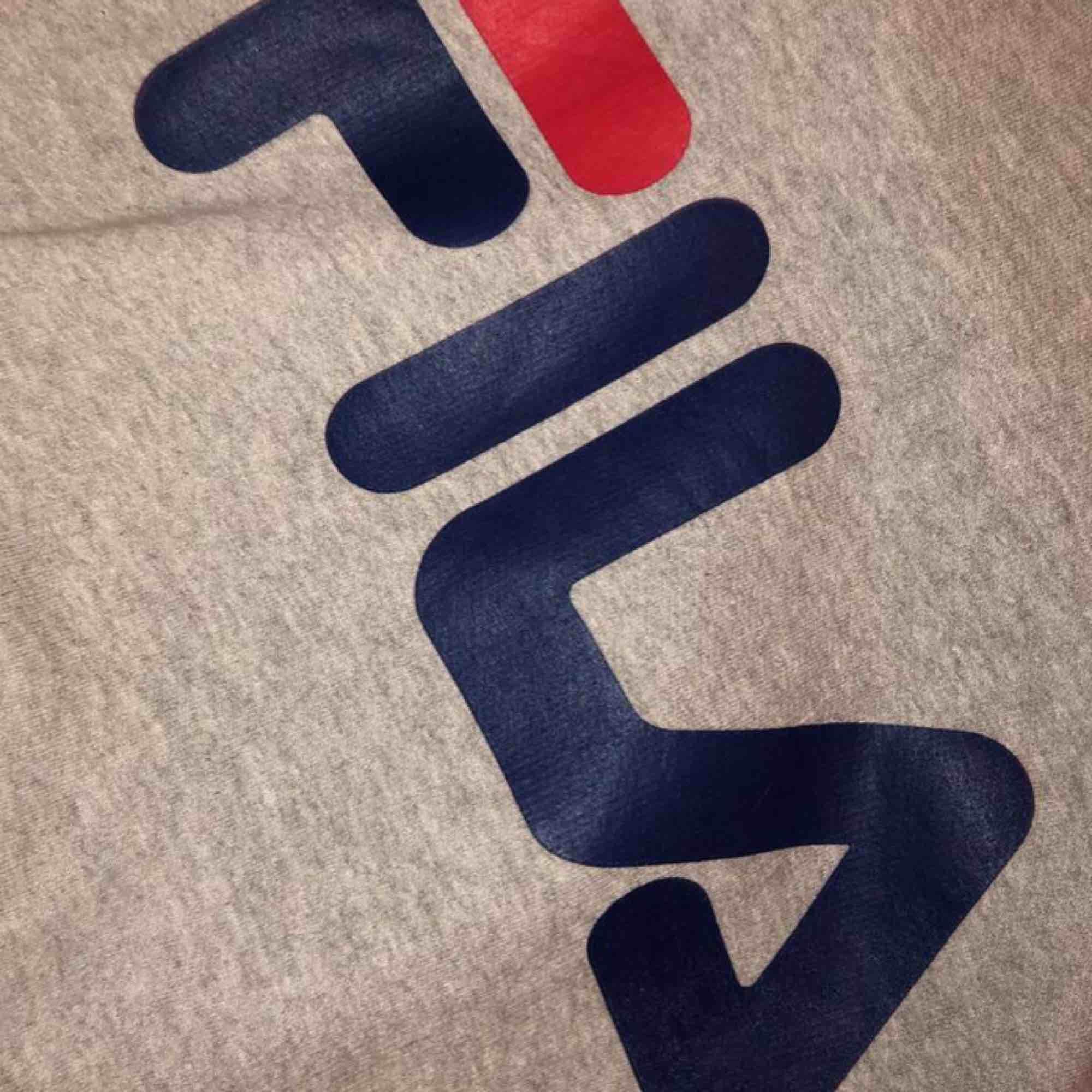 En FILA hoodie (ej äkta), men ser däremot äkta ut. Kontakta för fler bilder, liten i storleken.. Huvtröjor & Träningströjor.