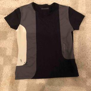 Träning t-shirt i stl. S från Röhnisch, en fläck i den nedre vänstra delen:/