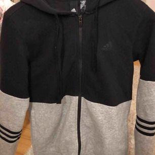 En adidas hoodie som aldrig kommer till användning. Använd fåtal gånger och det finns ett par matchande mjukisbyxor som jag även skulle kunna tänka mig sälja. De är gråa med svarta streck. 350 för båda.
