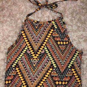 Ett linne från H&M som knyts i nacken. Mönstret är superfint och den ser ut som ny :)