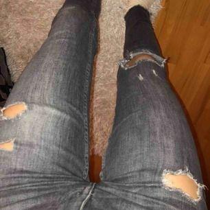 Ett par gråa, slitna jeans som tyvärr ej används.