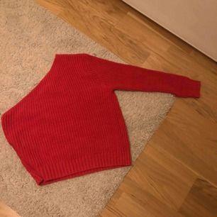 Storlek m men passar s också. Super snygg och trendig tröja från Nakd som inte finns där längre. Säljer den för att jag inte har någon användning för den. Den är aldrig använd och i jätte bra skick! Den är tyvärr inte min stil längre..