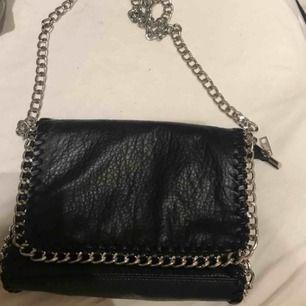 Väska från Scorett. Använd en en del men fortfarande i bra skick utom en fläck inne i väskan (se sista bilden) därav säljs den billigt.