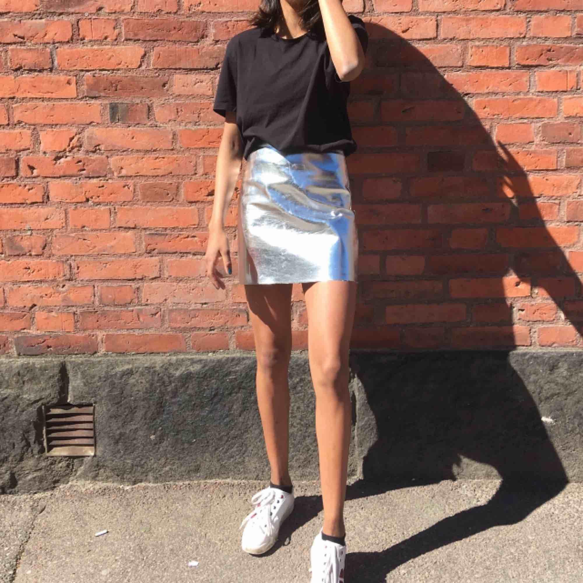 Silvrig kjol från H&M! Använt skick men fortfarande väldigt fin. Frakt tillkommer om man inte kan mötas i Göteborg! 🚚. Kjolar.