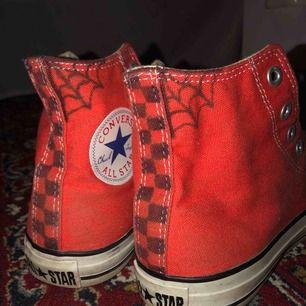 Säljer ett par röd/oranga Converse som jag har målat lite på✨ finns i Malung men kan skickas mot fraktkostnad!