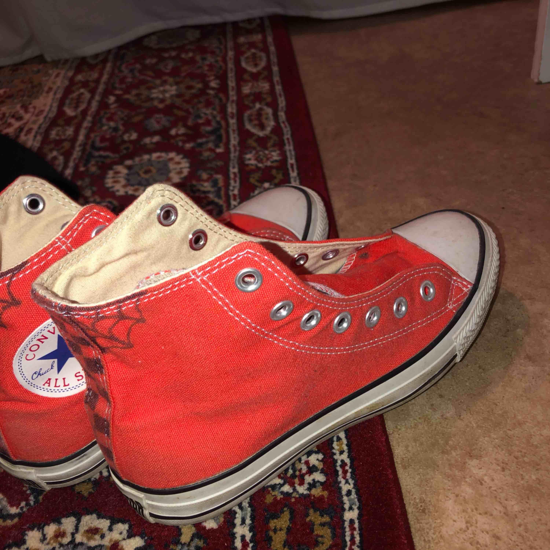 Säljer ett par röd/oranga Converse som jag har målat lite på✨ finns i Malung men kan skickas mot fraktkostnad! . Skor.